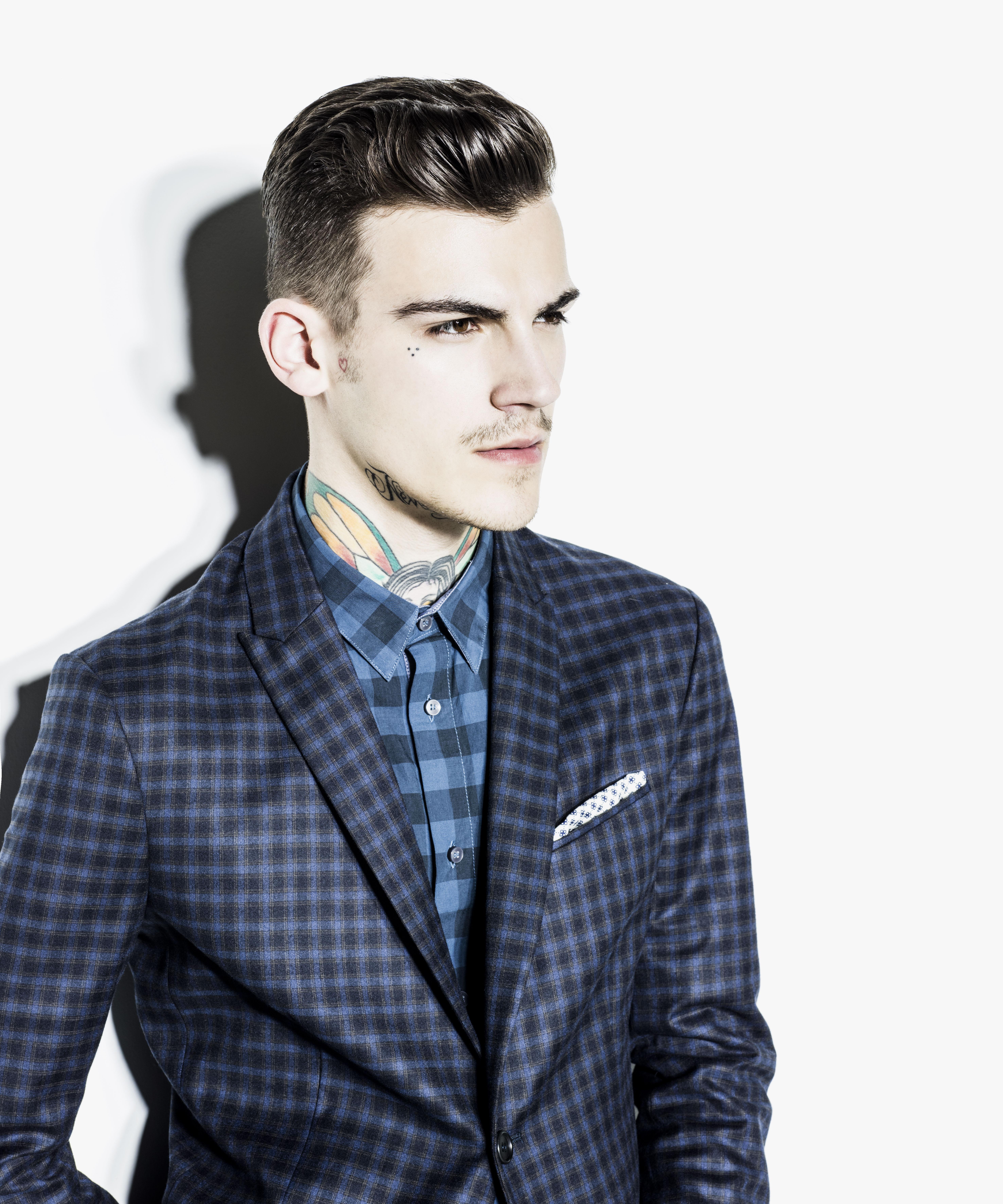 O seu look casual nunca é conformista  o blusão de penas desportivo tem  macro motivos estampados e as sweatshirts são ricas de simbolismos. Um homem  moderno ... 80b053bcc7